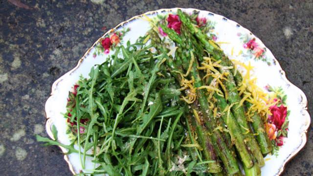 asparges og rocula på fad