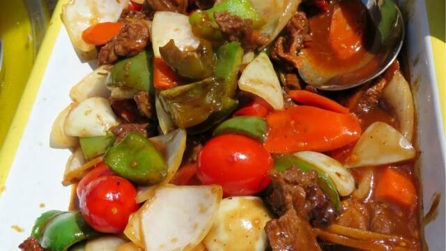 Billede af skøn ret med bæverfilet i smagfuld sauce med masser af grøntsager.