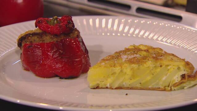Billedet viser et stykke vegetarisk tortillas med kartofler og løg og et par fyldte røde peberfrugter.