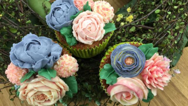 muffins pyntet med smørblomster i forskellige farver