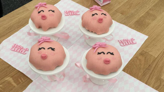 små kager, der ligner babyer, placeret på mini kagefade