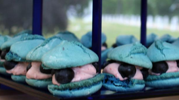 Skønne blåbærmacaroons med top og creme.