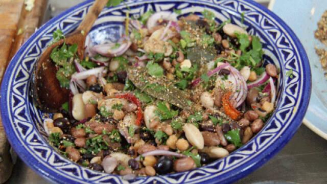 blandet bønnesalat med krydderblandingen dukkah