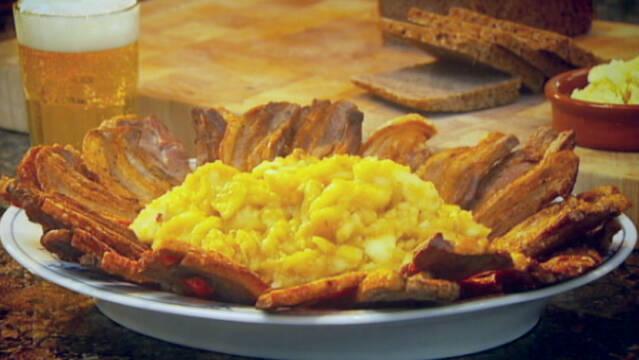 Æbleflæsk på fad serveret med rugbrød