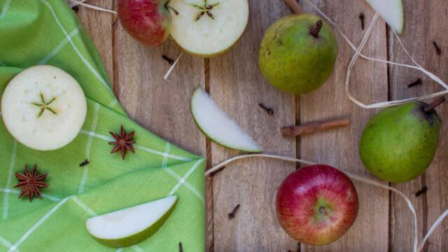 Æbler, pære, anis og kanel på et træbord