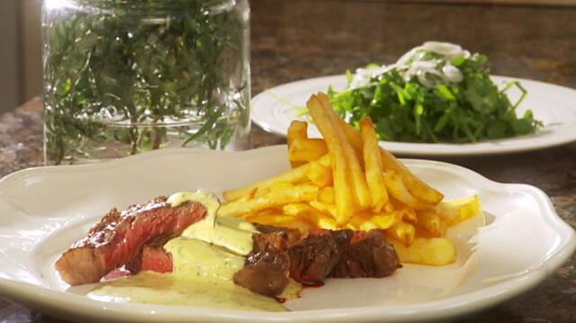 Bøf bearnaisesauce serveret med pommes frites og en frisk salat