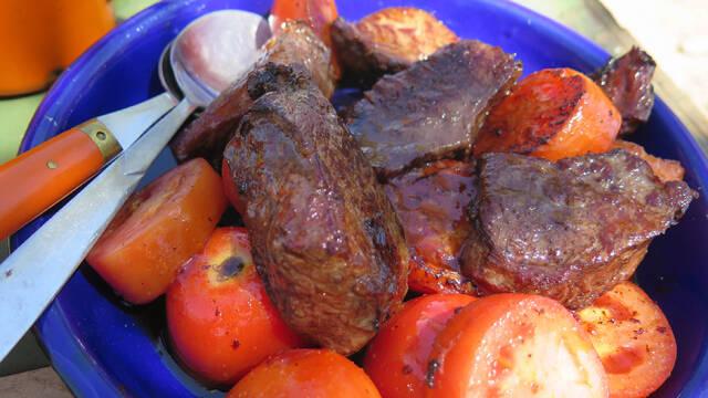 Bøffelmørbrad på bund af tomater i blå skål