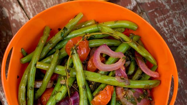 salat med grønne bønner og rødløg i orange skål