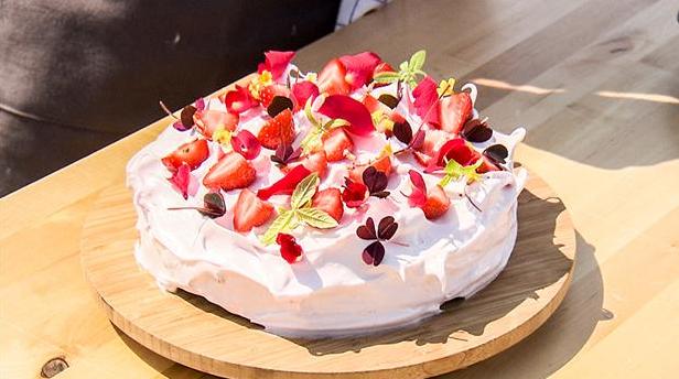Billede af rødtort med hindbærmarengs