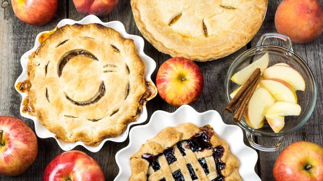 Skønne frugttærter med æbler og bær.