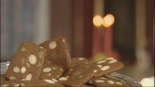 Brunkager med pistaciekerner ligger i en stabel