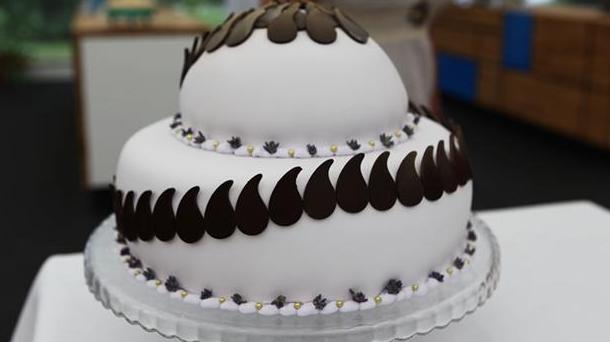 Bryllupskage med lavendel og chokoladepynt