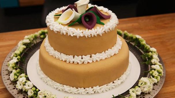 Bryllupskage med frisk lime- og brombærmousse