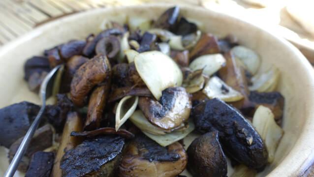 Stegt indmad på tallerken med løg og svampe