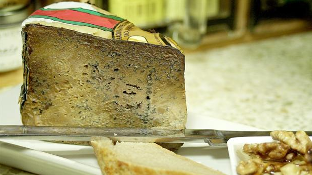 Billede af Cabrales ost med ristede valnødder i akaciehonning