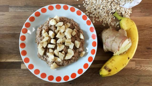 Havregrød med ingefær, kanel, kardekomme og banan