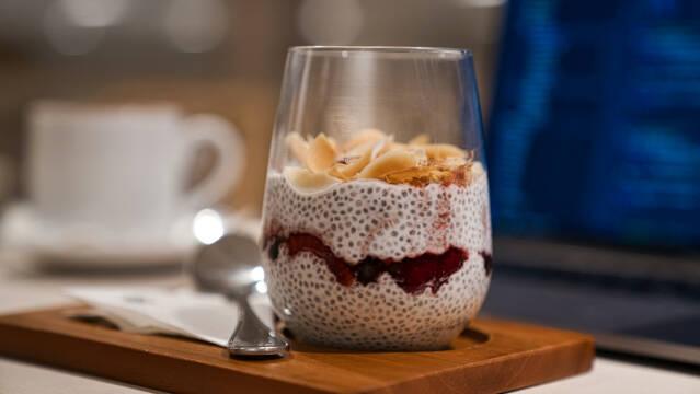 Chiagrød i glas med rød marmelade og kokostopping