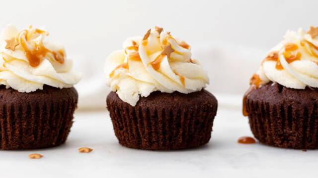 Chokolademuffins med hvid chokoladecreme