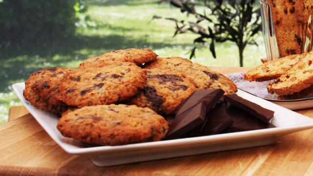 Chokolade cookies med ingefær på hvidt fad