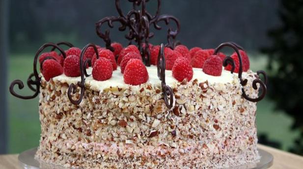 Smuk hindbærlagkage med chokoladesnirkler