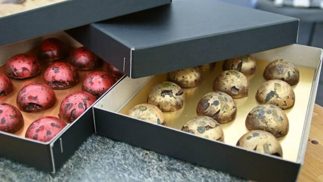 Fyldte chokolade i æsker