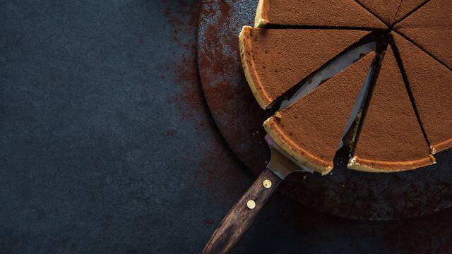 Chokoladetærte skåret i stykker