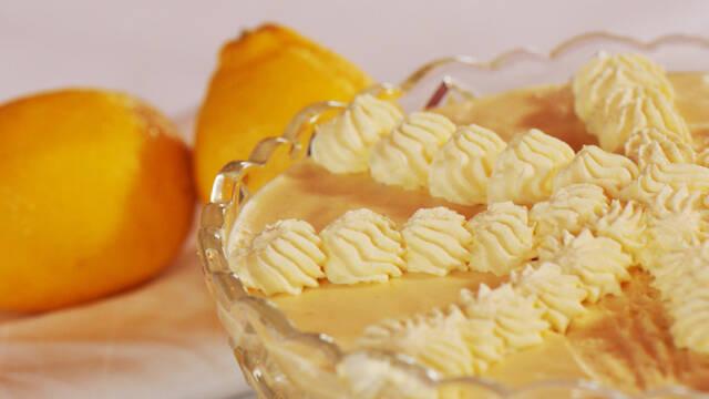 Citronfromage pyntet med flødeskum