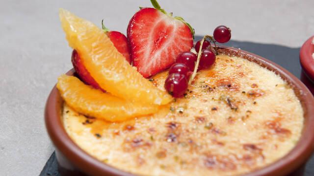 Creme Catalane med frisk frugt