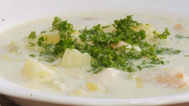 Cullen skink suppe med persille på toppen