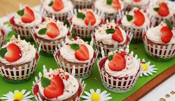 Sommerlige cupcakes med jordbær og rabarber