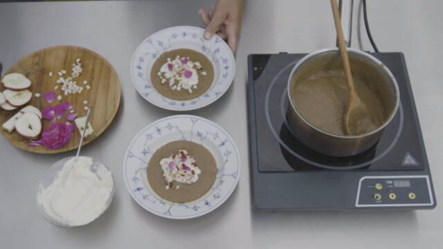 Øllebrød med flødeskum og æblestykker