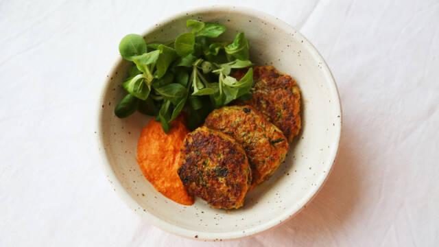 Grøntsagsfrikadeller med hummus og salat