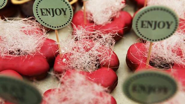 Hindbærdoughnuts med sukkerslør