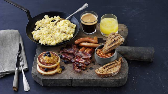 Kklassisk brunch med både æg, bacon, bønner og toast