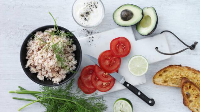 Tunmousse serveret med avocado, lime og flutes.