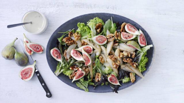 Smuk waldorfsalat med friske figner og valnødder.