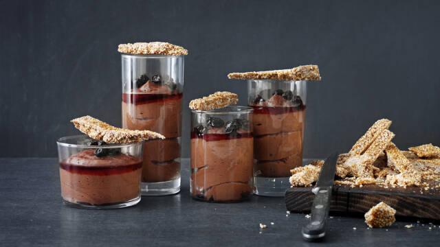 Glas med chokolademousse og sprøde kager