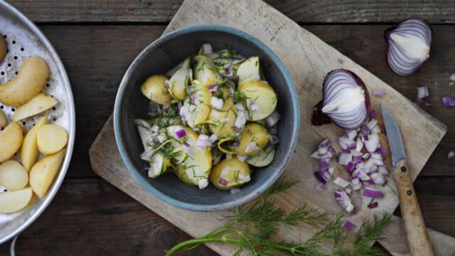 Klassisk kartoffelsalat med dild, løg og mayonnaise