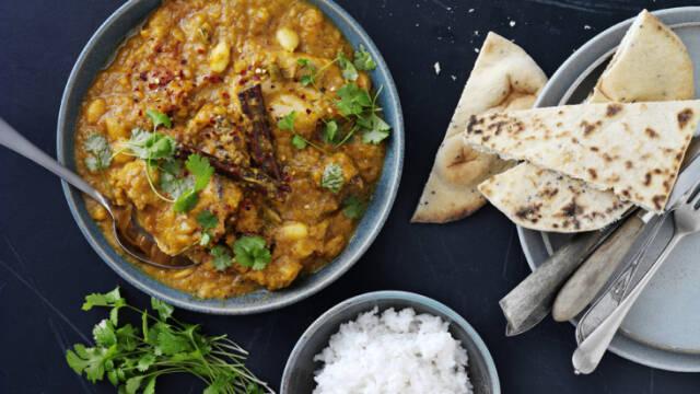 Kylling i karry serveret med chapati og ris