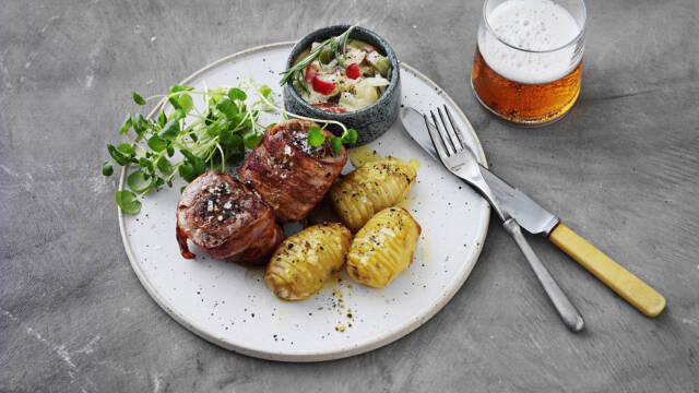Svinemørbrad i baconsvøb serveret med hasselbackkartofler