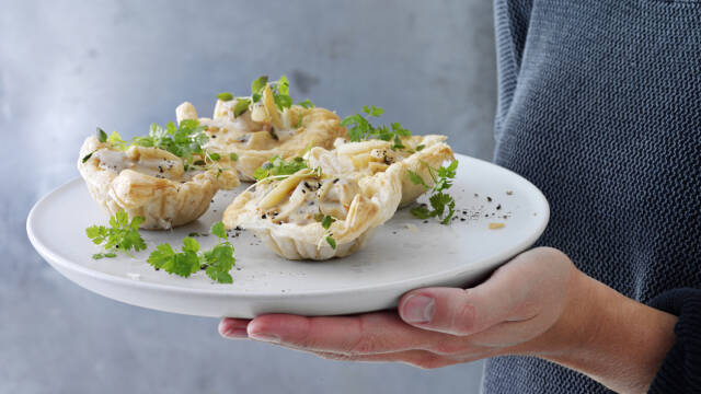 Tarteletter med høns i asparges serveret på tallerken