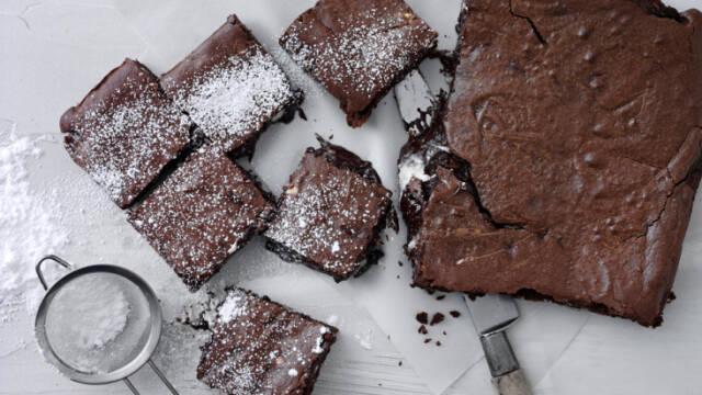 brownies på hvid tallerken