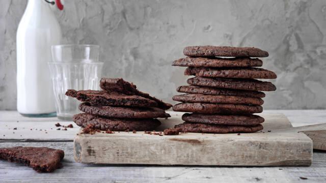 Chokolade cookies og kold mælk