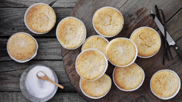 Muffins på skærrebræt med vanilje