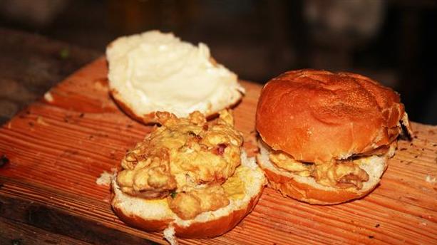 Billede af dybstegte dejklumper med bacon og svampe