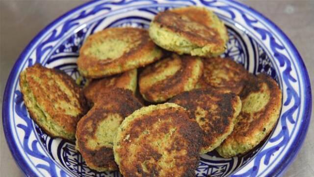 Stegte Falafler på blåmønstret tallerken