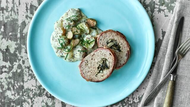 blå tallerken med farsbrød, kantareller og sennepsstuvede kartofler