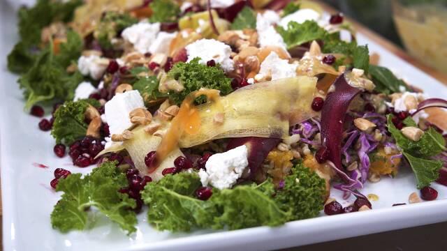 Skøn salat på fad.