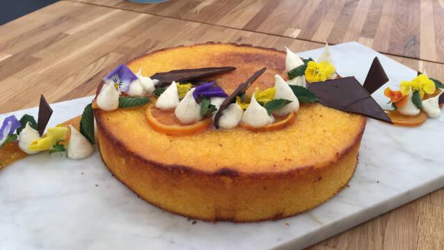 polenta-kage med appelsin og marcarpone på fad