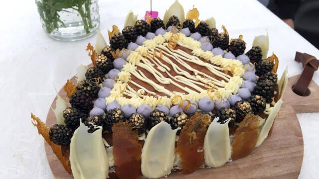 kage formet som hjerte med brombær